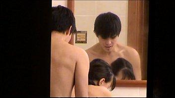 Coroa amadora filma escondida casal de filhos fodendo no banheiro