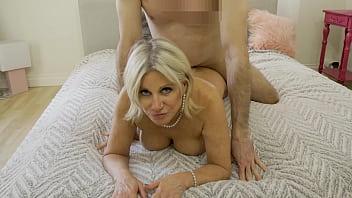 Atriz porno Brasileira madura leva pica no cu deitada na cama
