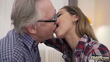 Incesto porn avô flagra neta se masturbando e fode a buceta