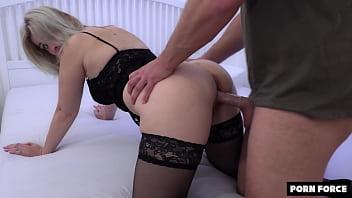 Mulheres tendo orgasmos intensos na webcam ganhando leite na boca