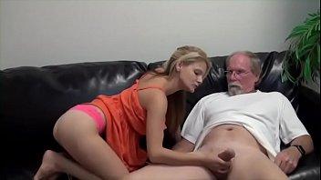 Sexo entre pai e filha safada no sofá da sala