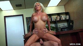 Cadeira erótica loira peituda goza na vara do macho e ganha leite na boca