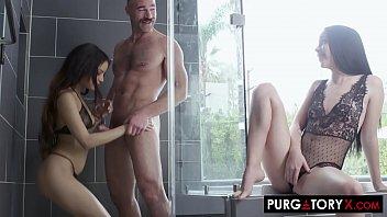 Mulher tendo orgasmo fodendo com casal no chuveiro
