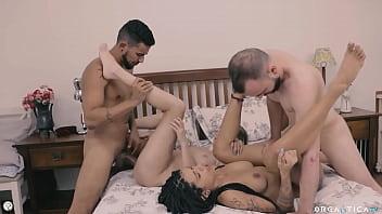 Novinha siririca e uma foda com amigo e casal na cama
